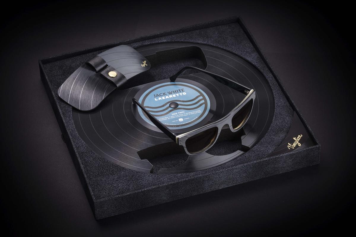 Für den Rahmen einer Brille nimmt Zack Tipton sich beispielsweise eine seiner Lieblingsplatten, Jack Whites LAZARETTO, vor.
