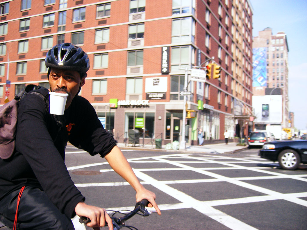 Radfahren und Kaffee trinken gleichzeitig: kein Problem!