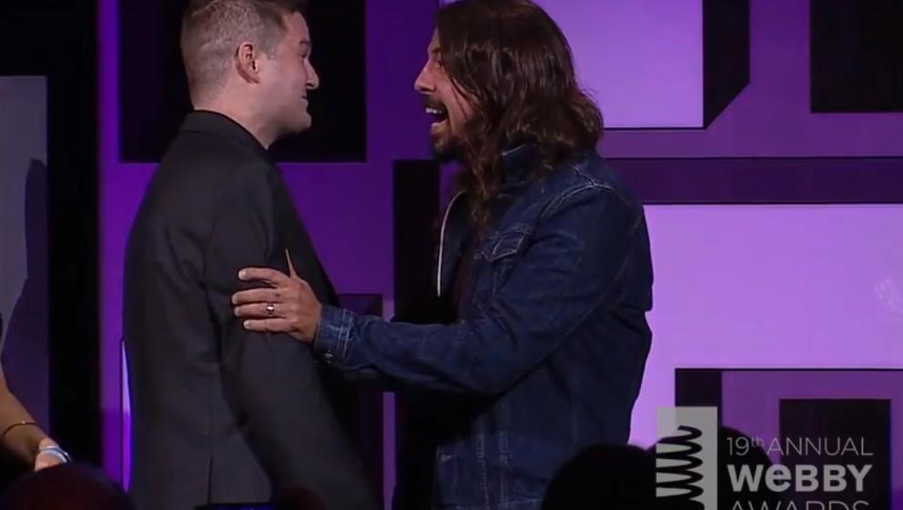 Pat Quinn erhält einen Webby Award von Dave Grohl