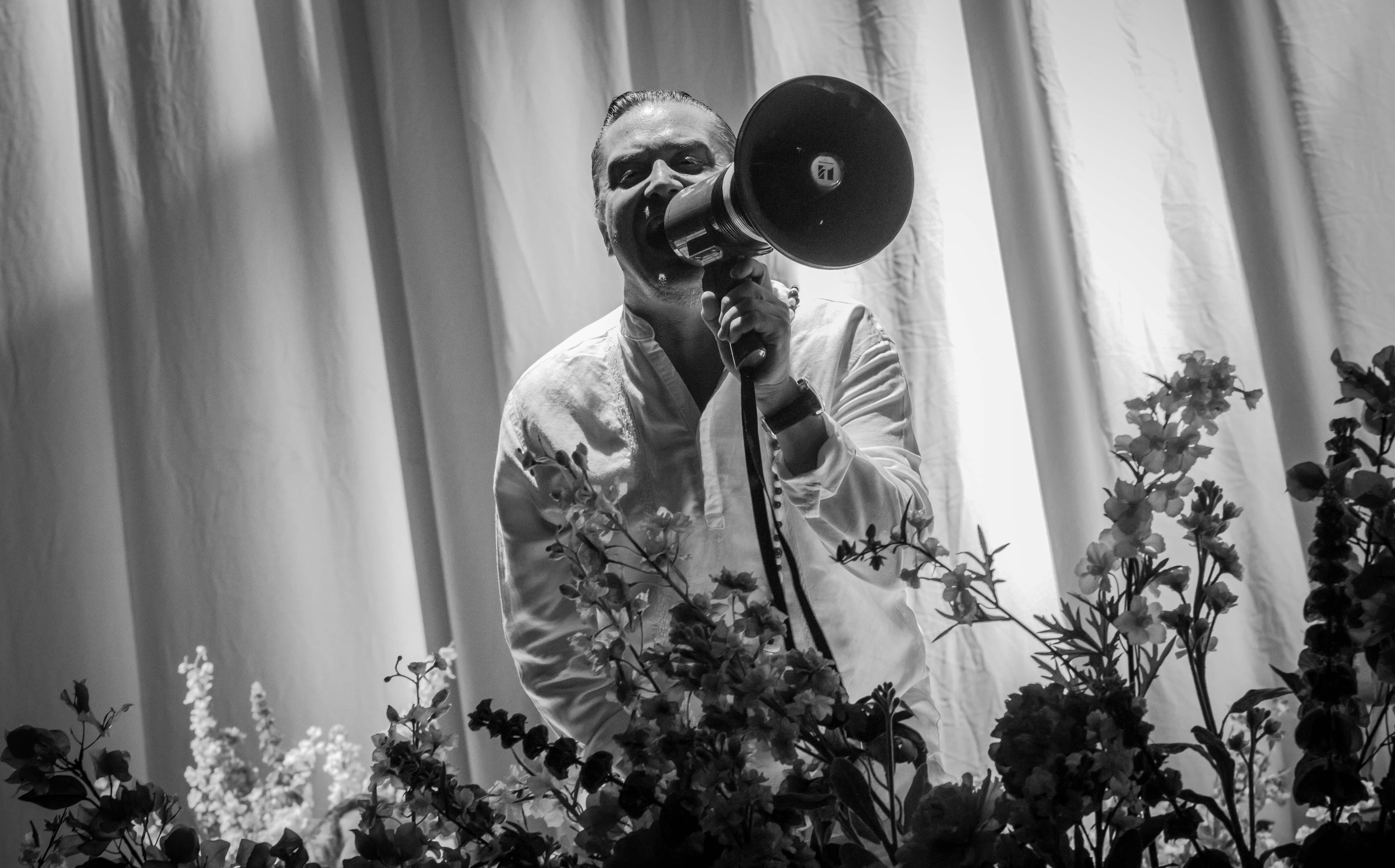 Blumen für Mike Patton - der Frontmann von Faith No More bei Rock im Revier 2015