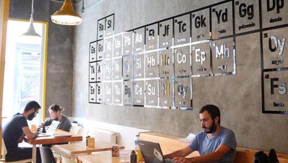 "Periodensystem statt billige Kunstnachdrucke: In ""Walter's Coffee Roastery"" in Istanbul ist alles ""Breaking Bad"" nach"