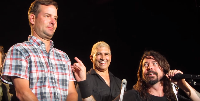 Dave Grohl holt seinen gerührten Fan Anthony auf die Bühne.