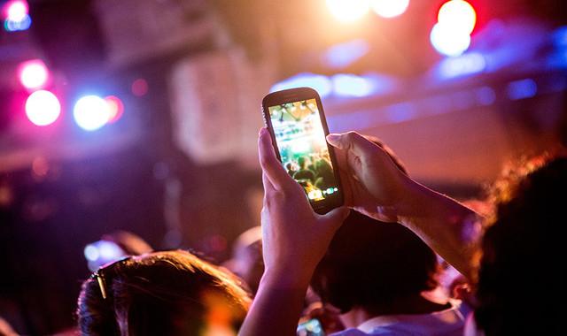 Weniger Livemusik, weniger Clubs: ist die Dating-App Tinder dafür verantwortlich?