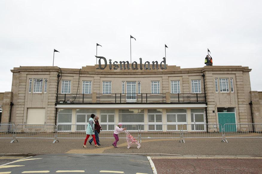 """Einst ein Schwimmbad, jetzt für fünf  Wochen """"Dismaland"""" – der Eingang zu Banksys jüngstem Kunstprojekt."""