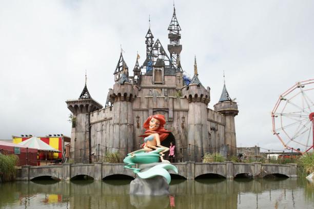 Alles etwas verschroben: Banksys Neuinterpretation von Meerjungfrau Arielle und dem Disneyschloss