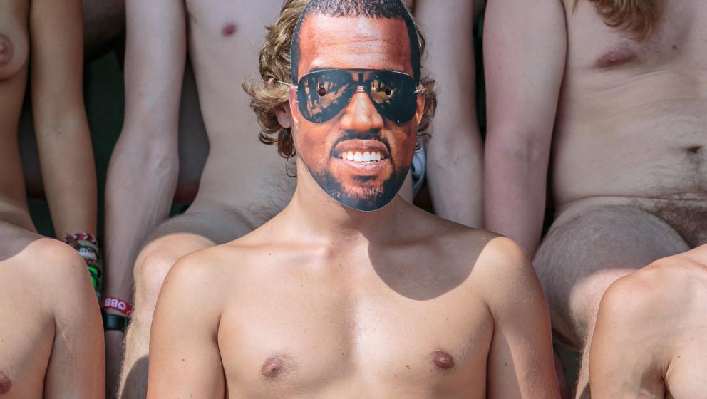 Auch Kanye West hat dieses Jahr beim nakedHeart mitgemacht. Ganz schön blass untenrum! Hier weitere Bilder: