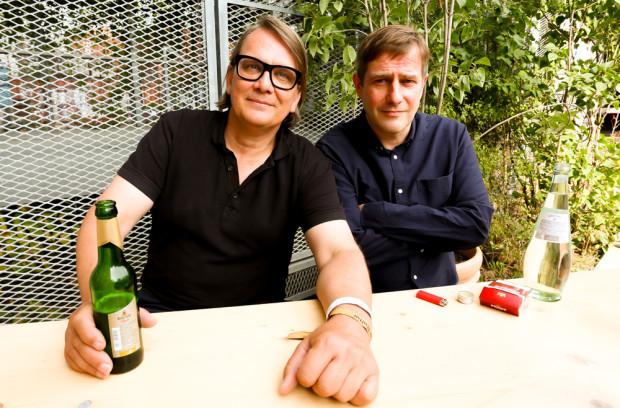 Sven Regner und Andreas Dorau gönnen sich das erste Festivalbier im Außenbereich des Berghains.