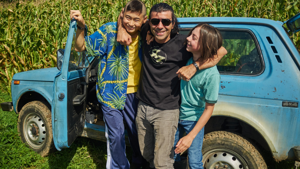 Regisseur Fatih Akin mit seinen Darstellern Anand Batbileg (Tschick) und Tristan Göbel (Maik) am Set von TSCHICK