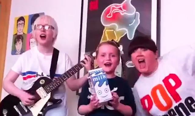 """Ein Zusammenschnitt aus Fan-Footage: Blur zeigen Video zum Song """"I Broadcast"""""""