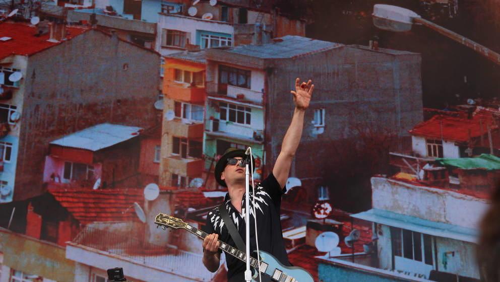 In Siegerpose beim Lollapalooza 2015 in Berlin: Arnim Teutoburg-Weiß, Sänger von den Beatsteaks