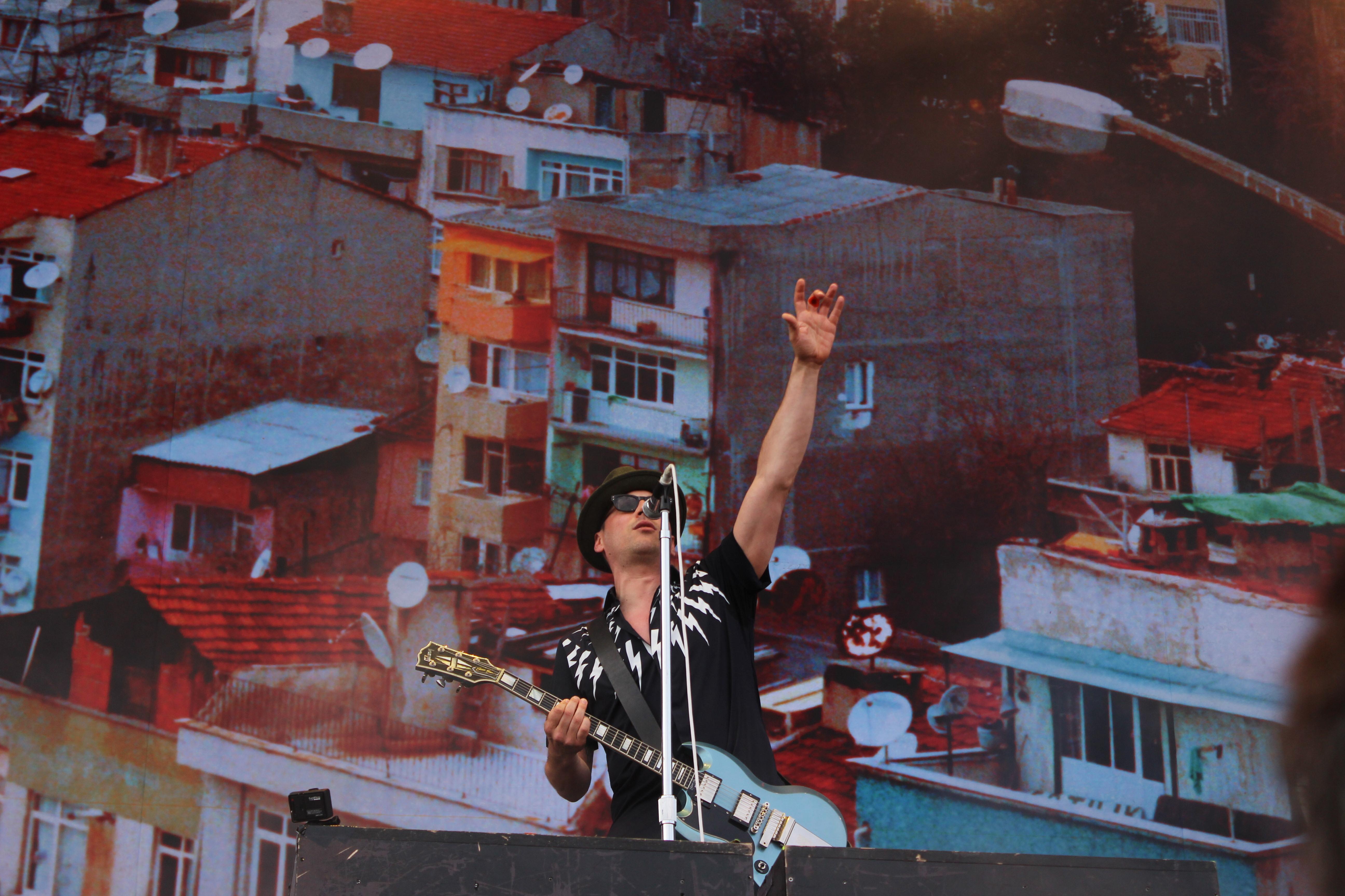In Siegerpose beim Lollapalooza: Arnim Teutoburg-Weiß, Sänger von den Beatsteaks