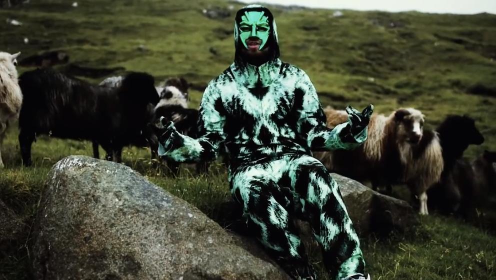 """Marsimoto hängt im Video zu """"Ring der Nebelungen"""" mit einer Herde Paarhufer ab."""