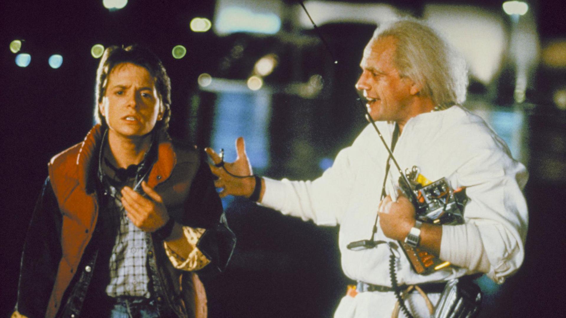 """Michael J. Fox und Christopher Lloyd in einer ikonischen Szene aus dem ersten """"Zurück in die Zukunft""""-Teil."""