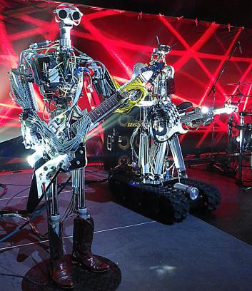 Für das erste Album erhalten die Roboter prominente Unterstützung