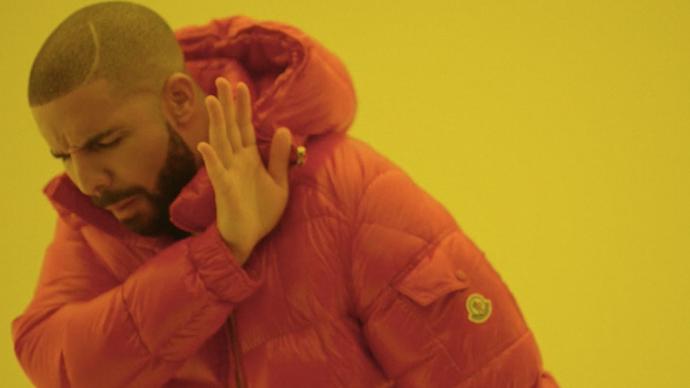 Drake hält sich warm in Moncler.