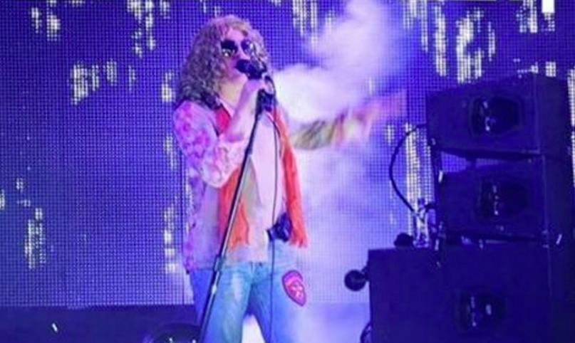 Ein Fan-Foto von Maynard James Keenan verkleidet als Robert Plant
