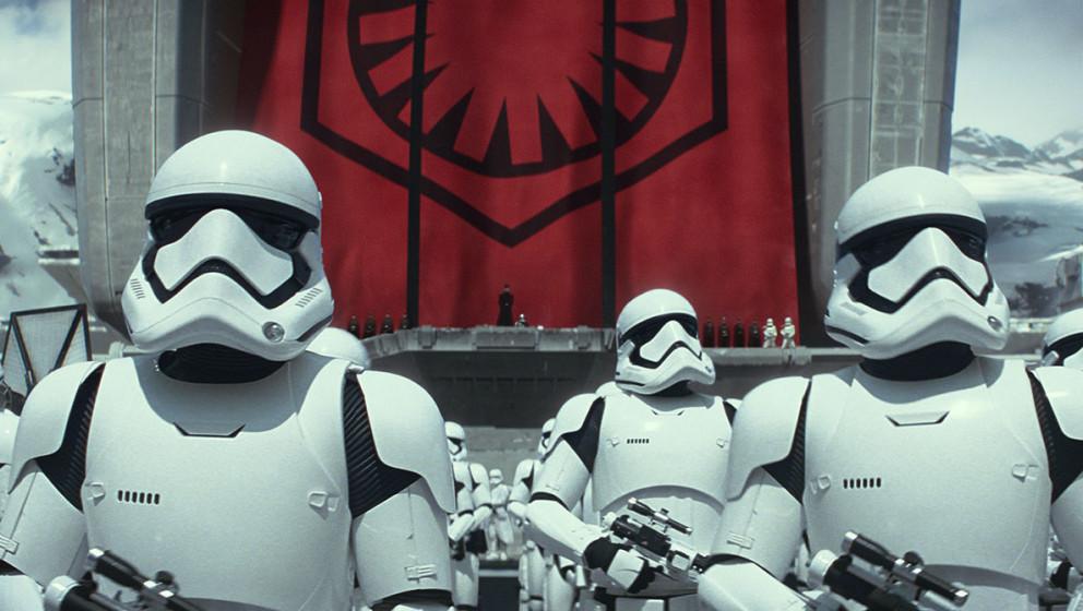 Stormtrooper haben sich in einer Szene aus Episode VII versammelt.