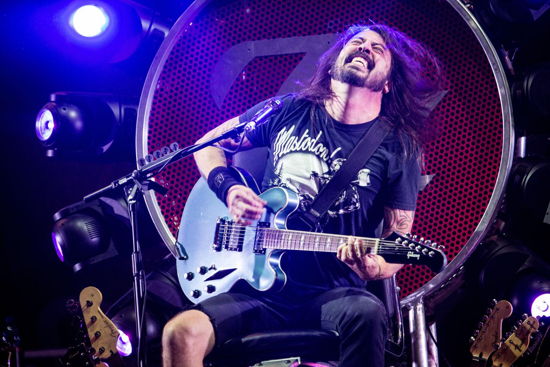 Brach sich im Juni 2015 auf der Bühne das Bein und spielt Konzerte daher für den Moment im sitzen: Dave Grohl