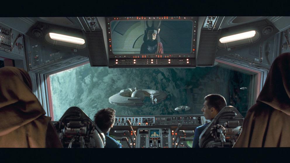 Die Jedis Qui-Gon Jinn und Obi-Wan Kenobi werden von der Republik als Botschafter nach Naboo entsandt, um eine friedliche Üb