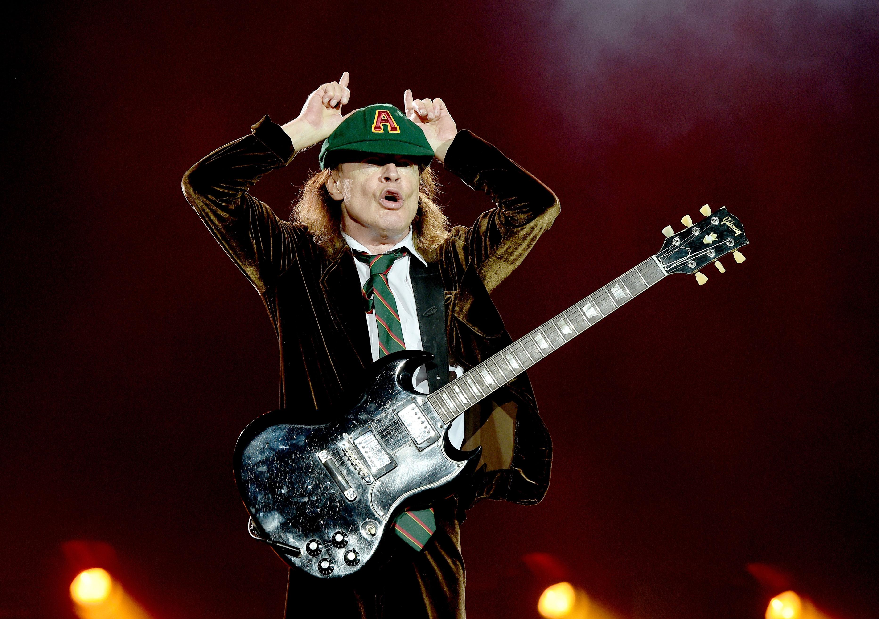 Wird seine E-Gitarre auch bald mit dem bandeigenen Strom betrieben? AC/DC-Gitarrist Angus Young