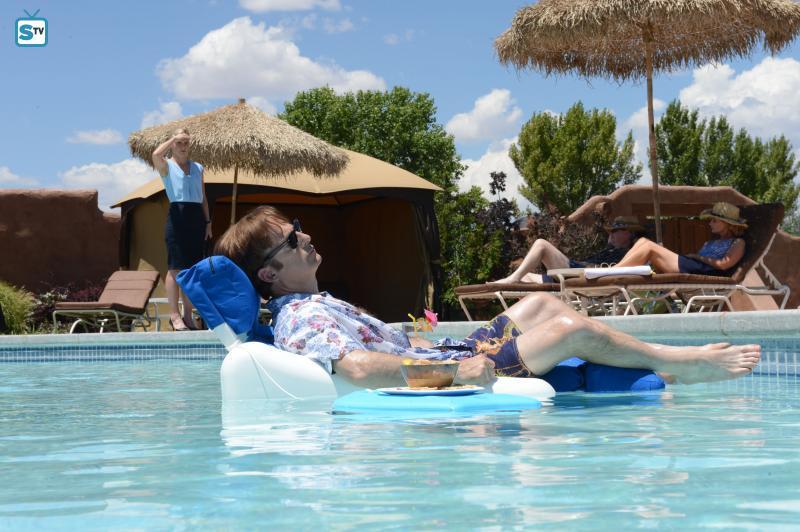 """Relaxt, aus welchen Gründen auch immer: Saul Goodman in der zweiten Staffel von """"Better Call Saul"""". Oder ist das noch Sl"""