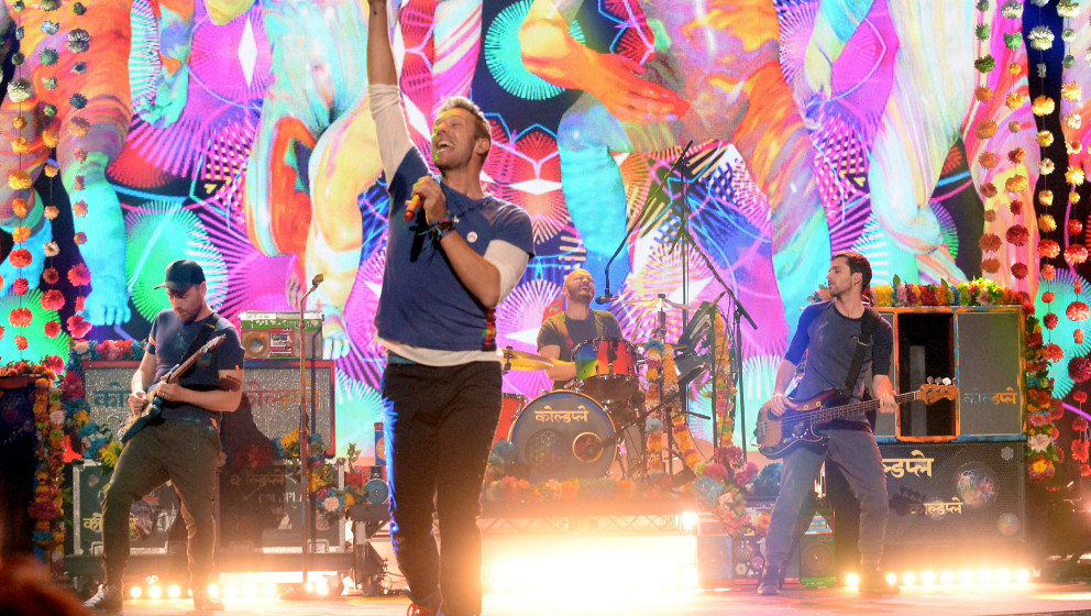 LOS ANGELES, CA - NOVEMBER 22:  Singer Chris Martin of Coldplay performs onstage during the 2015 American Music Awards at Mic
