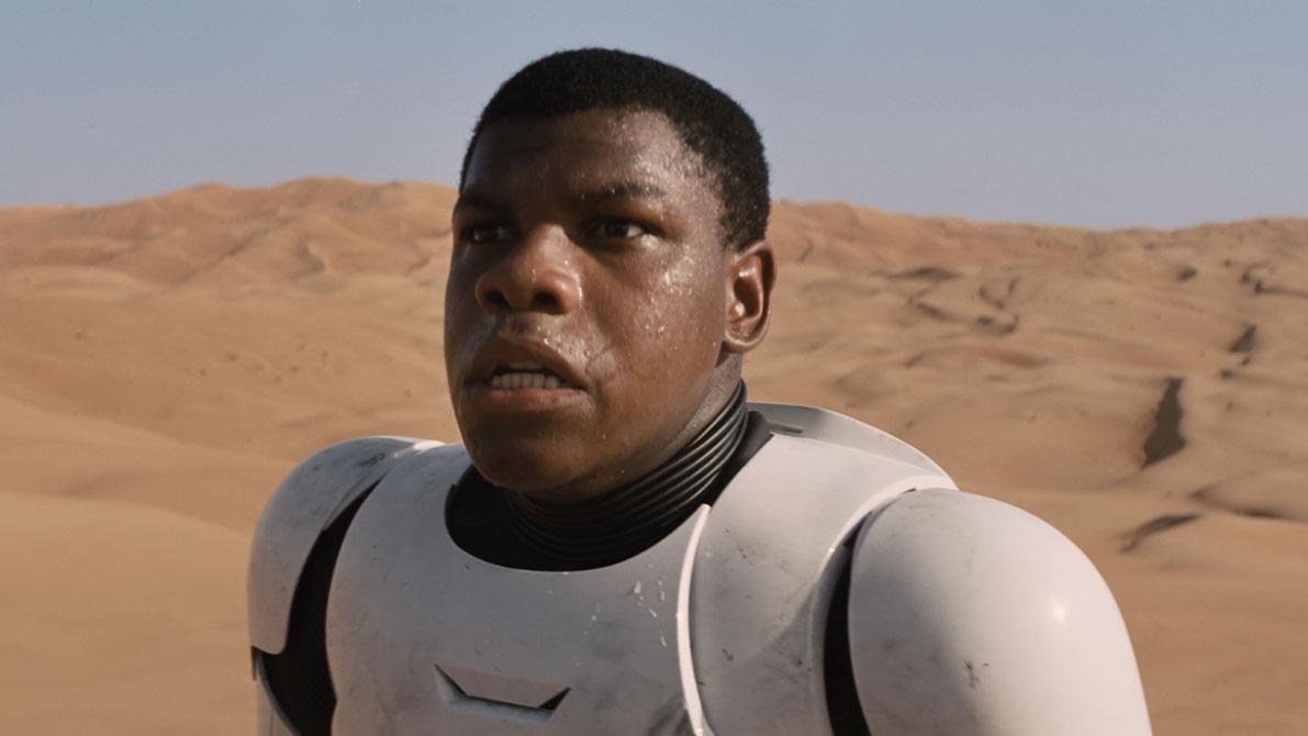"""John Boyega spielt im neuen """"Star Wars""""-Film Finn und ist zu Beginn noch in Stormtrooper-Rüstung zu sehen."""