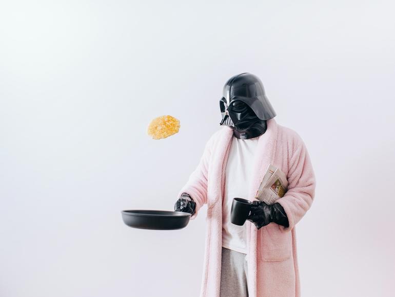 Auch Darth Vader isst morgens gerne Pfannkuchen.