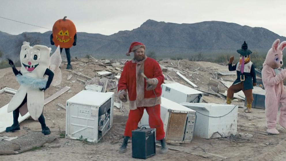 Skurril: Der Weihnachtsmann tanzt im neuen The-Killers-Video mit dem Osterhasen und der Zahnfee.