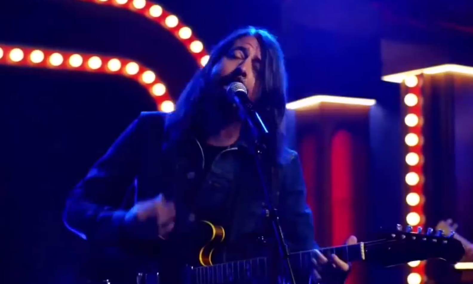 "Dave Grohl singt ""Learn To Fly"" in der Muppets-Show."