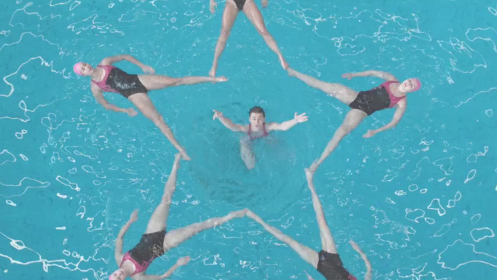 John Grant zeigt in seinem neuen Video eine Gruppe Synchronschwimmer.