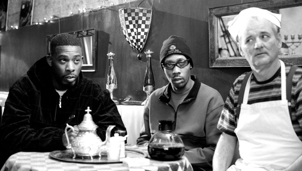 """GZA, RZA und Bill Murray in einer Szene aus dem Film """"Coffee And Cigarettes"""" von Jim Jarmusch."""