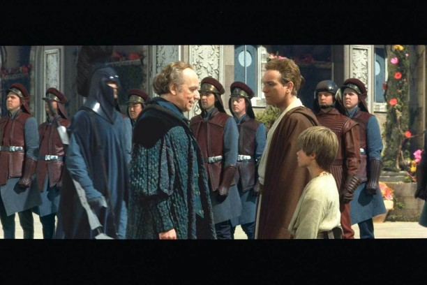 """Palpatine am Ende von """"Episode I - Die dunkle Bedrohung"""" mit einem jungen Obi-Wan Kenobi und einem noch jüngeren Anakin Skywalker."""