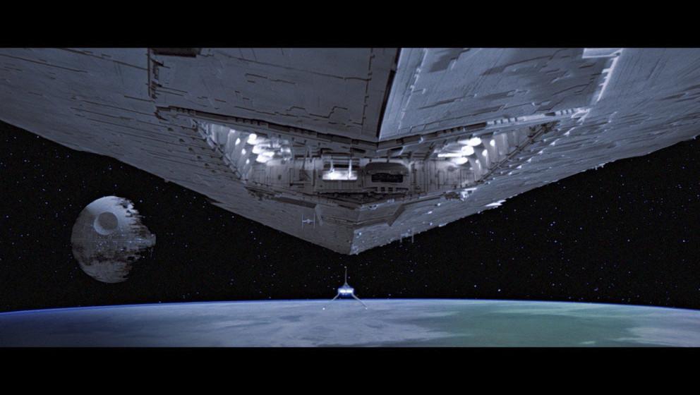 Darth Vader fliegt in einem Shuttle zum neuen Todesstern, der sich über dem Mond Endor befindet, um die Konstruktion persön