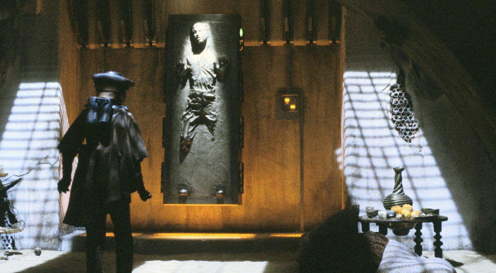 Boushh entdeckt den immer noch in Karbonit gefrorenen Han Solo und taut ihn auf.