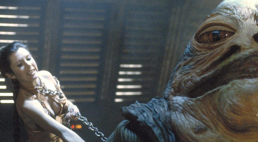 Leia nutzt die vorherrschende Unruhe, um sich zu befreien und Jabba mit der Kette zu erwürgen, mit der sie gefesselt ist.