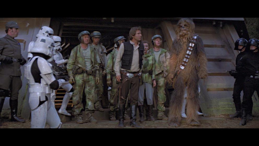 Auf Endor laufen die Rebellen in eine Falle und werden gefangen genommen. Doch zum Glück werden sie kurze Zeit später von d