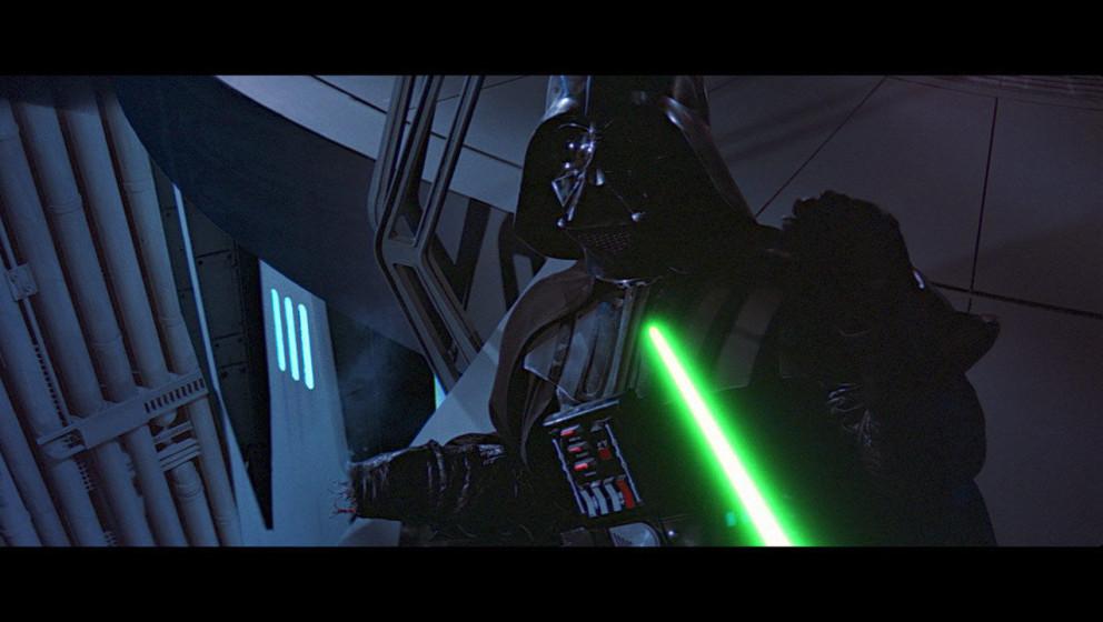 In Rage schlägt Luke Darth Vader die Hand ab. Erst dann merkt er, was er tut und wirft sein Lichtschwert weg: Er will nicht