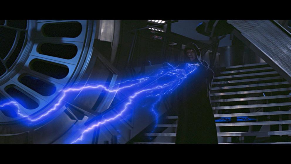 Der Imperator ist davon wenig begeistert und will Luke mit seinen Machtblitzen töten. Doch Darth Vader kommt Luke in letzter