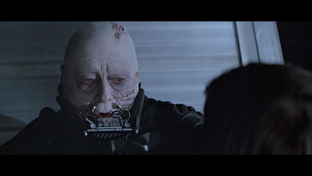 Tödlich verletzt von den Machtblitzen bittet Darth Vader Luke, ihm die Maske zu entfernen, damit er ihn ein letztes Mal mit