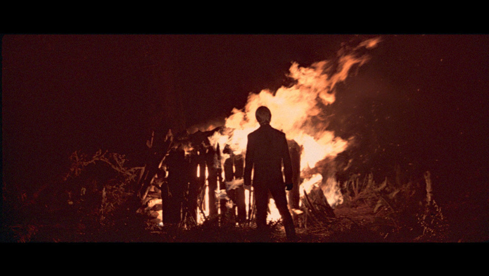 Die Ewoks und die Rebellen feiern auf Endor den Sieg über das Imperium. In einer Zeremonie verbrennt Luke die Überreste sei