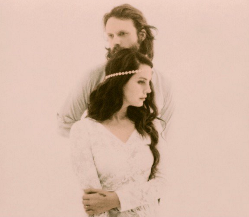 Lana Del Rey wird von ihrem Idol Father John Misty im Arm gehalten.