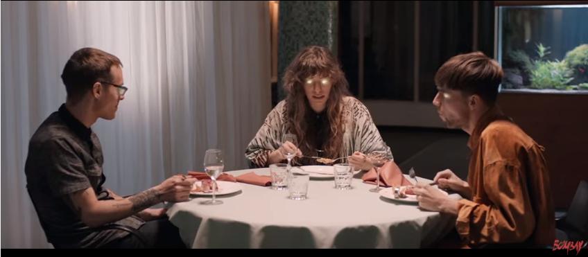 """Bombay am Tisch in ihrem Video zu """"Goldrush"""""""