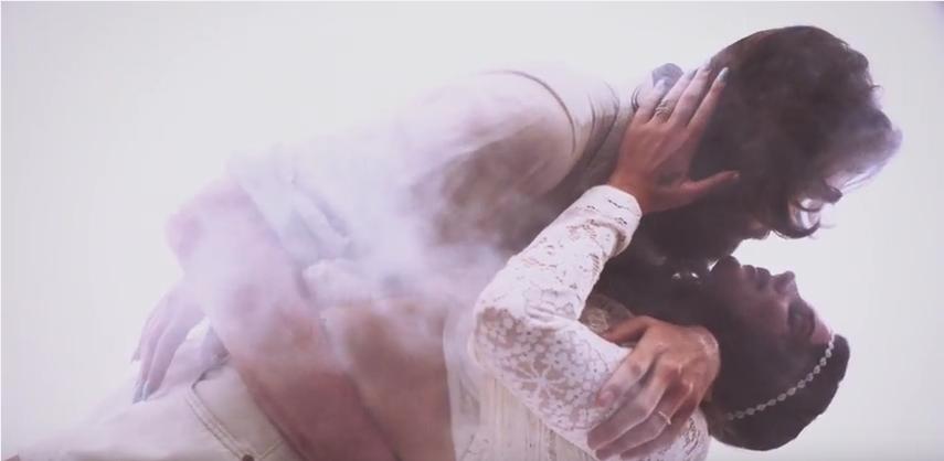 """Father John Misty und Lana Del Rey beim Schmusen im """"Freak""""-Video."""