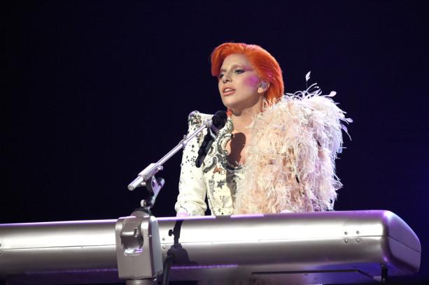 Lady Gaga ehrte David Bowie mit einem Medley des Künstlers.