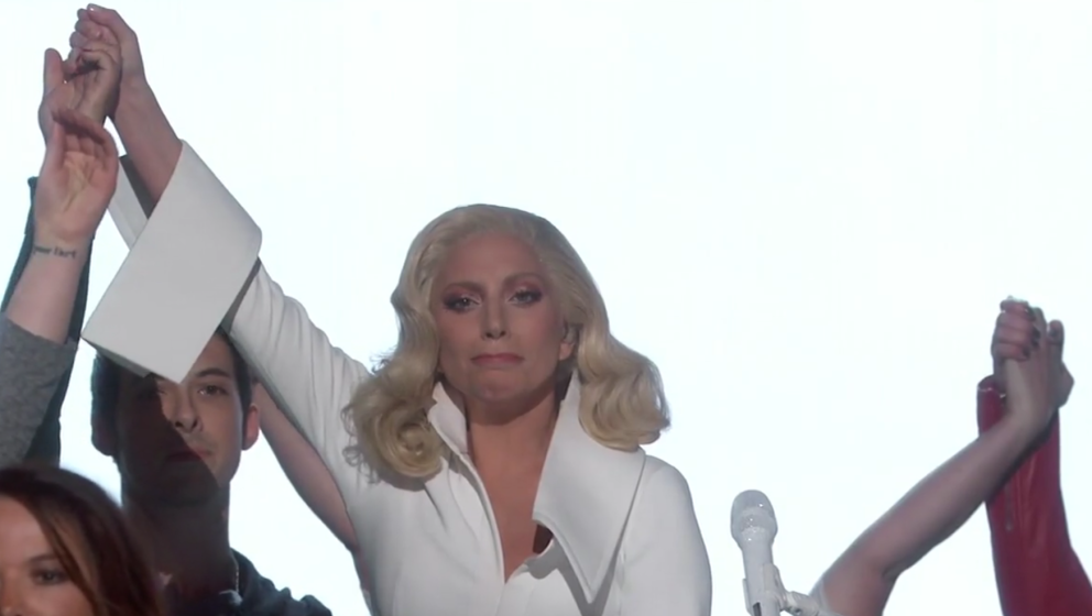 "Lady Gaga am Ende ihrer gestrigen Performance von ""Till It Happens To You""."