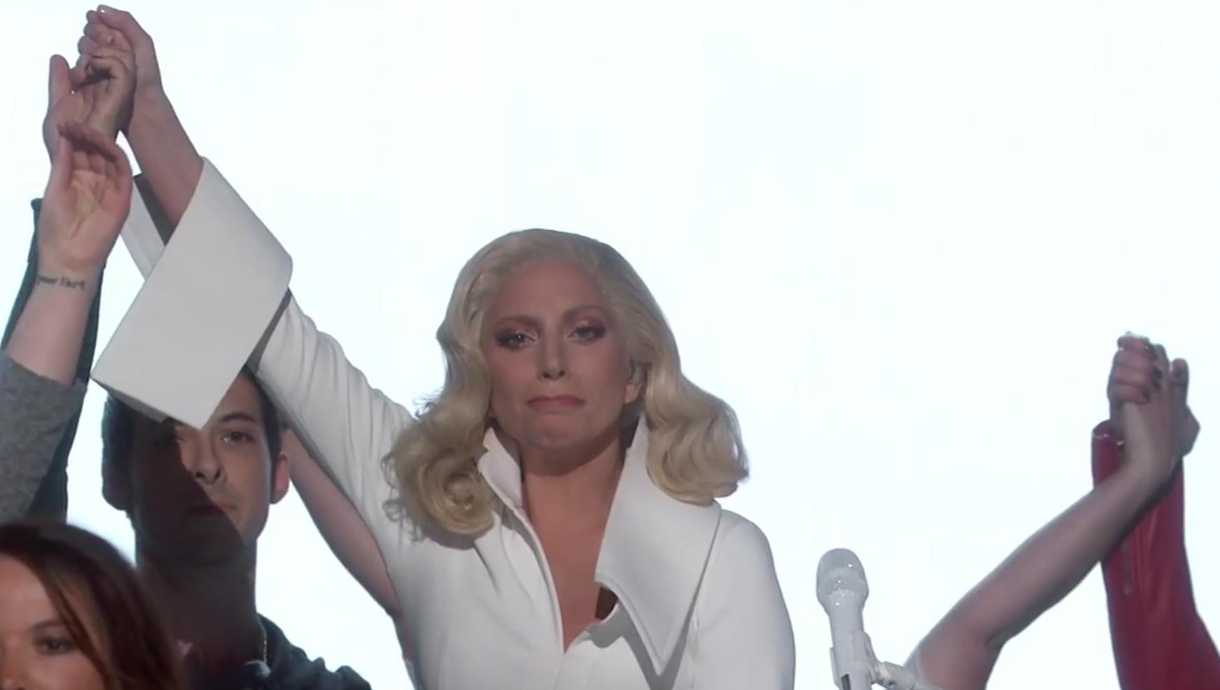 """Lady Gaga am Ende ihrer gestrigen Performance von """"Till It Happens To You""""."""