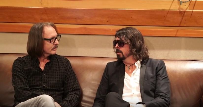 Dave Grohl (r.) diskutiert Möglichkeiten einer Solo-Karriere mit Producer Butch Vig (l.)