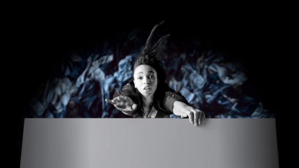 FKA Twigs in ihrem selbst gedrehten Werbeclip für Calvin Klein.