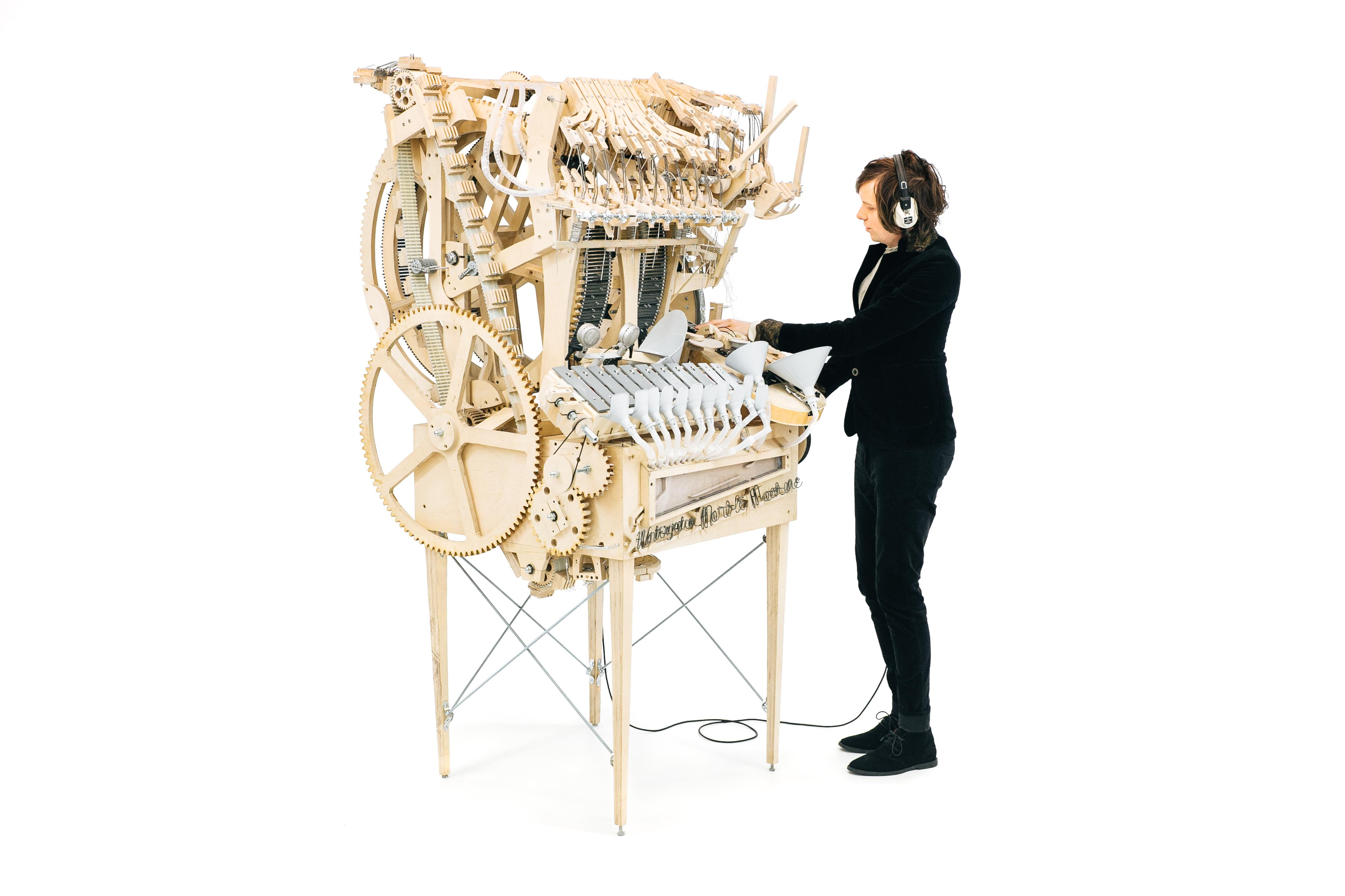Über 2000 Murmeln wandern durch Martin Molins Maschine.